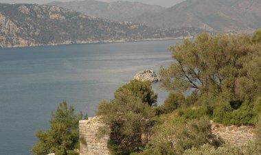 Amos, tipik bir akropolis yani yüksek şehir